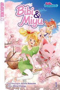 Bibi Blocksberg fliegt auf ihrem Besen und hält die Hand von Miyu, die auf ihrem magischen Fuchs fliegt.