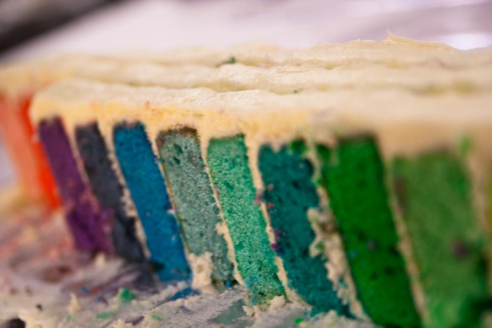 Ein Kuchen mit Schichten in verschiedenen Farben