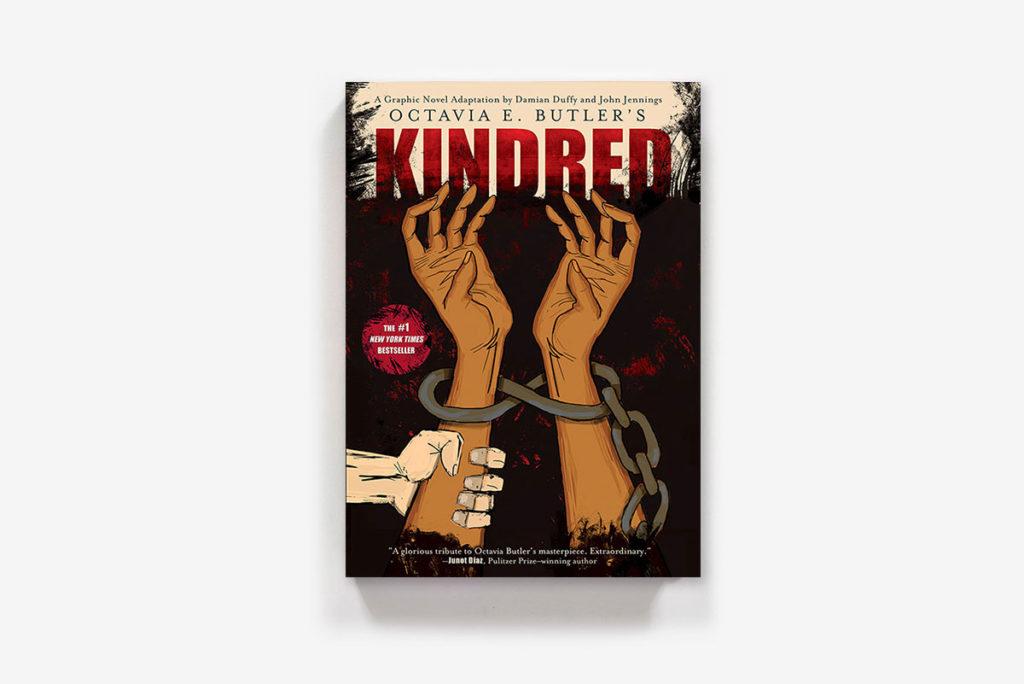 Cover des Comics. Die arme einer schwarzen Person ragen unten ins Bild und strecken sich nach oben während sie mit einer Kette gefesselt sind. Von links hält eine weiße Hand einen der Arm fest.