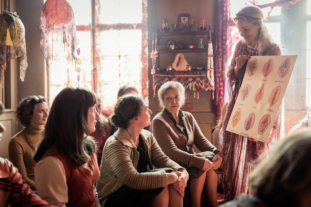 Bei einem Selbstfindungsworkshop sollen Nora, Theresa, Vroni und Graziella ihre Pussypower entfesseln.