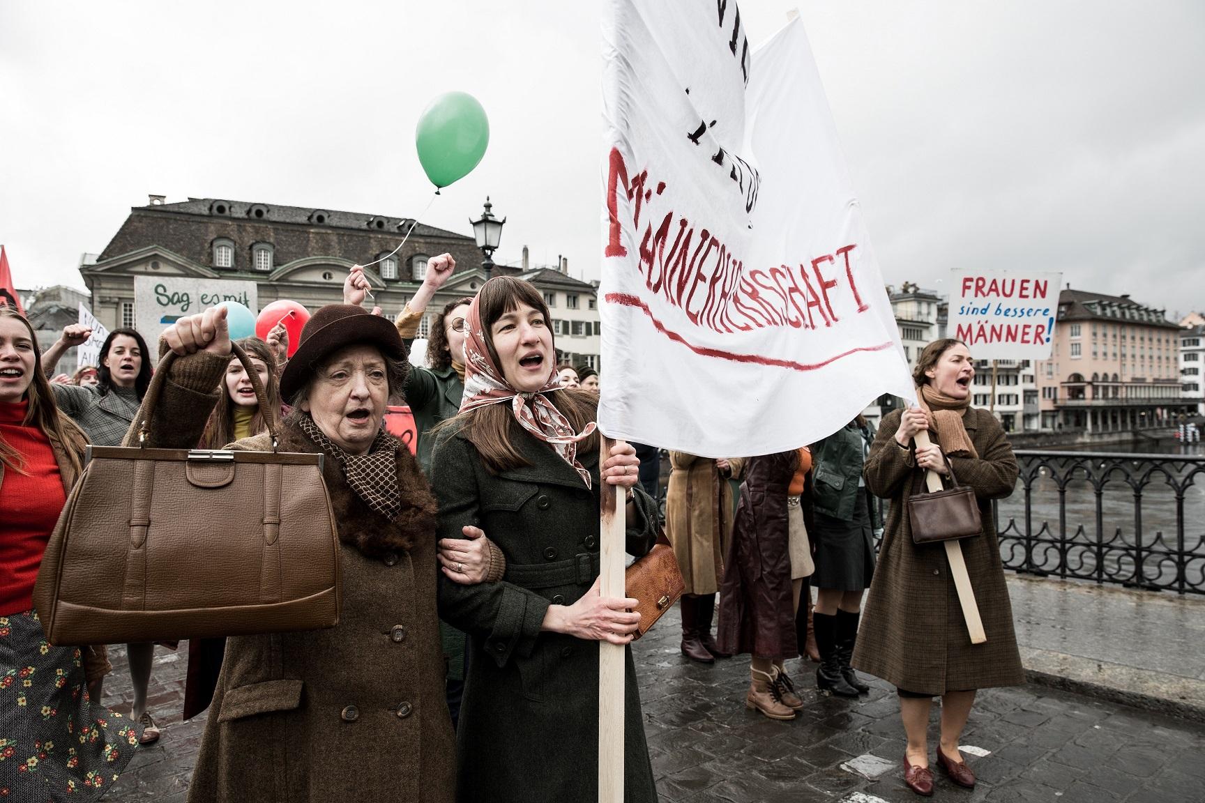 Nora, Theresa und Vroni nehmen bei einer Demonstration in Zürich teil