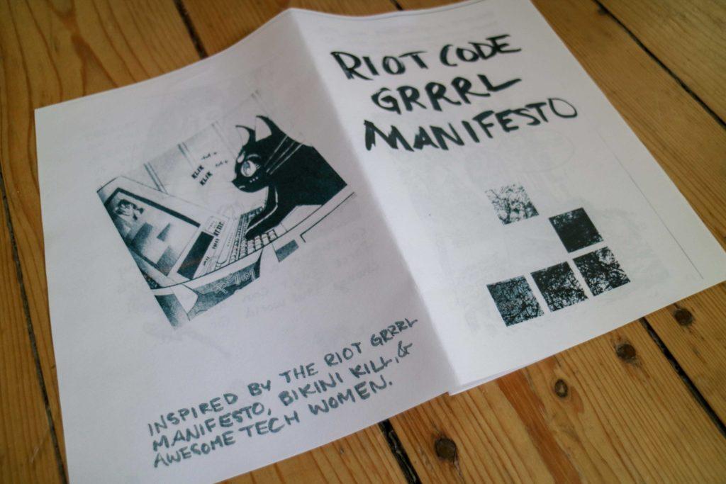Vorder- und Rückseite des Riot Code Grrrl Manifestos auf Holzfußboden
