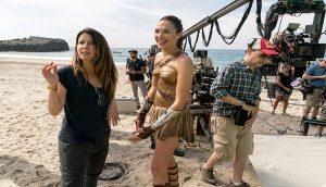 Regisseurin Patty Jenkins und Schauspielerin Gal Gadot bei den Dreharbeiten von Wonder Woman am Strand.