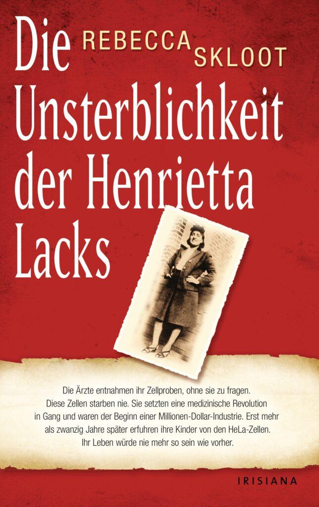 Rotes Buchcover mit Aufschrift: Die Unsterblichkeit der Henrietta Lacks von Rebecca Skloot, daneben ein Schwarz-Weiß-Bild einer Frau, die ihre Hände in die Hüften stemmt.