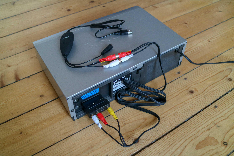 Aufbau: Videorekorder mit SCART-Adapter auf Cinch, Cinch-Kabel und USB-Audio-Video-Grabber.