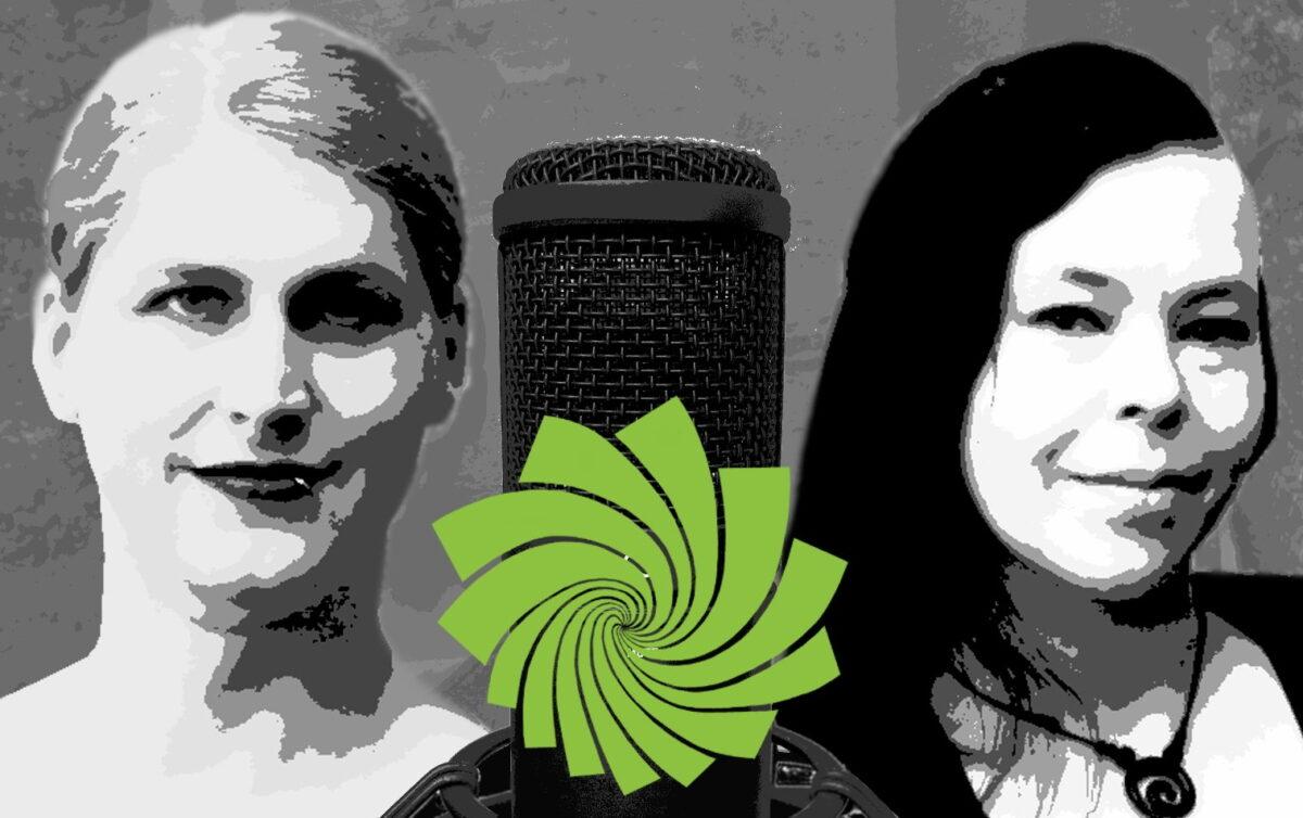 Um ein Mikro sind eine blonde und eine dunkelhaarige Frau in schwarz-weiß zu sehen. Auf dem Mikro ist ein grünes Logo in Fächerform.