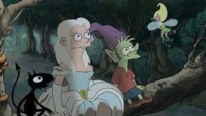 Luci, Bean und Elfo sitzen auf einem dicken Ast und schauen zu einem kleinen Feen-Wesen.