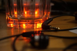 Kopfhörer fokussiert vor Glas