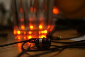 Kopfhörer anders fokussiert vor Glas