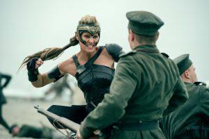 Generälin Antiope im Kampf gegen Soldaten.