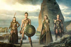 Diana und ihre drei Mütter stehen in Kampfausrüstung am Strand von Themyscira.