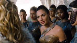 Diana versucht umringt von anderen Amazonen ihre Mutter zu überzeugen, den Menschen zu helfen.