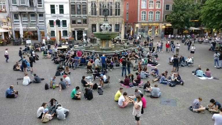 Rund um den Karlsbrunnen befinden sich dicht beieinander gleich vier Pokéstops, die durchgehend mit Lockmodulen besetzt werden. Seit Wochen ist dies der Haupt-Treffpunkt der Aachener Pokémon Go-Fans, die den Platz einfach komplett übernommen haben.