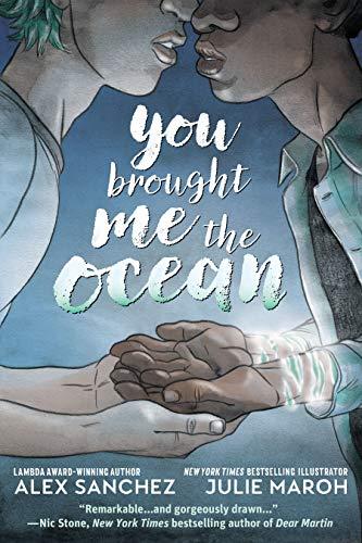 Cover Bild von You brought me the Ocean. Wir sehen zwei junge Männer im Profil von der Nase abwärts, die ihre Hände ineinander gelegt haben und kurz davor sind sich zu küssen.